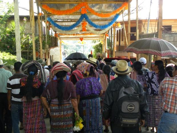 Ironie : La marche du 10 mai dans la région ixil pour la commémoration du deuxième anniversaire de la condamnation de Ríos Montt passe sous les guirlandes du Partido Patriota, parti politique de l'actuel Président ©Magali Grossenbacher/2015