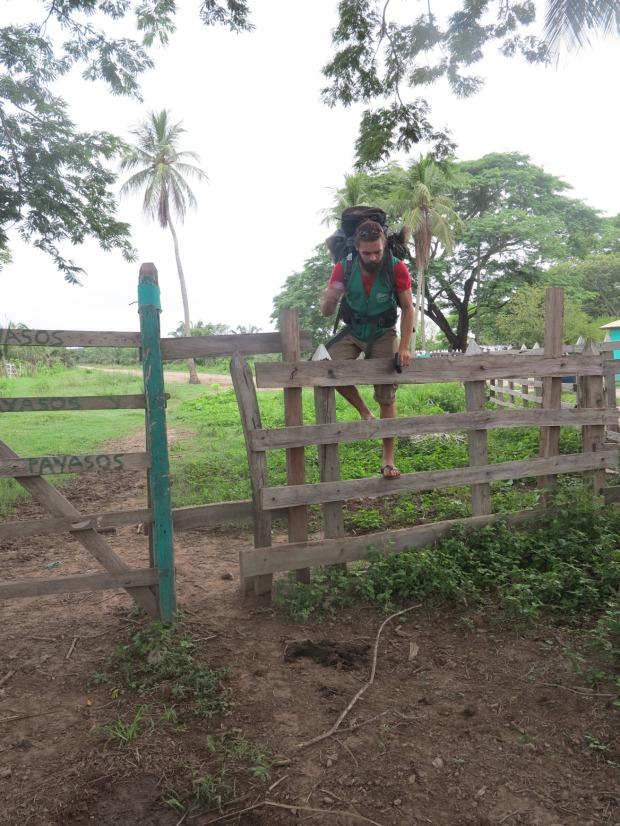 La barrière enchaînée par l'entreprise, que nous sommes obligés d'escalader pour passer ©Judith Bovard/2015