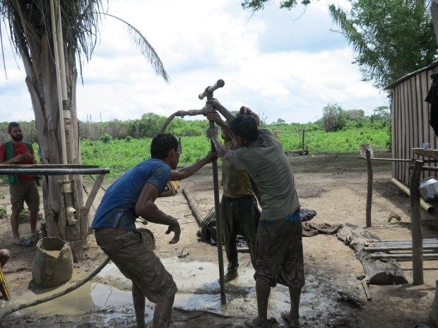 A côté de l'une des maisons, les campesinos forent un puit pour s'éviter les heures de marche jusqu'au fleuve ©Judith Bovard/2015