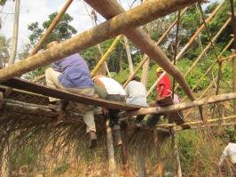 Colombie_ Les paysans reconstruisent une hutte brûlée_2 ©PWS2013