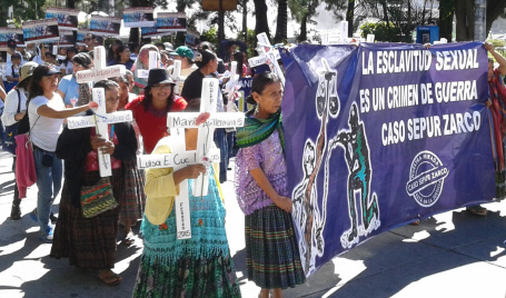 Die Frauen von Sepur Zarco demonstrieren für Gerechtigkeit
