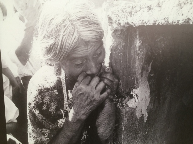 Donna in lutto per la perdita di un famigliare. ©AVidoli2016