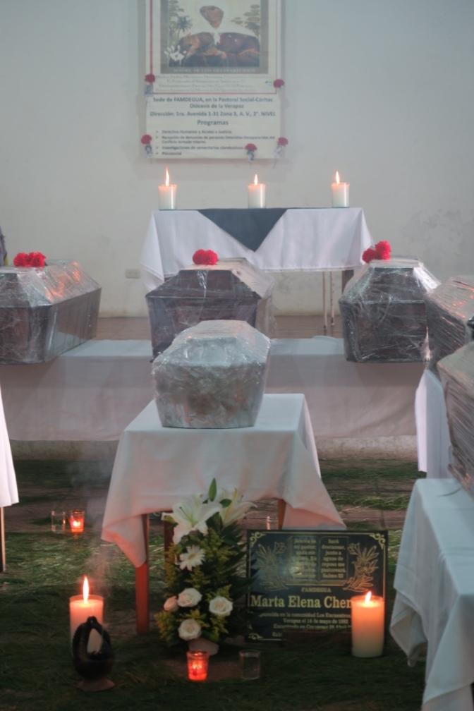 Acht beerdigt, Tausende weiterhin verschwunden